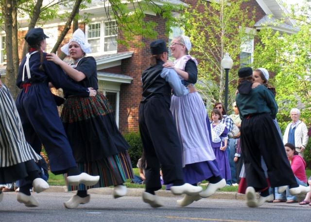 klompen-dancers-holland-michigan
